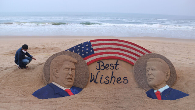 印度藝術家在海邊制作美國大選沙雕作品