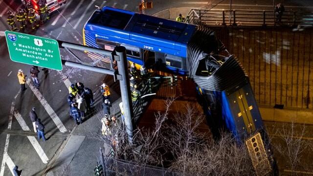 車掛橋上了!公交車失控沖出立交橋