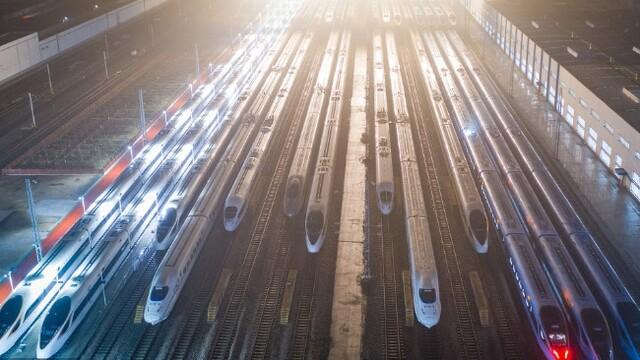 """高铁列车""""万箭""""待发"""