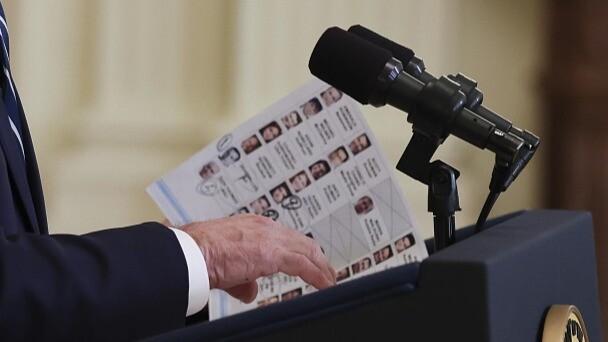 """拜登在首場總統新聞發布會上看""""小抄"""""""