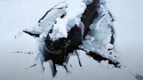 俄三艘核潛艇在北極完成破冰上浮