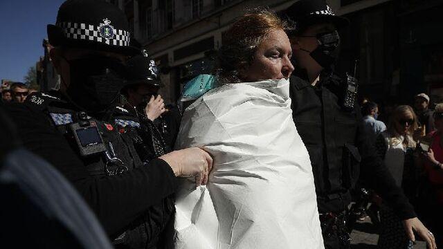 菲利普亲王葬礼举行 英一女子温莎城堡外进行环保抗议