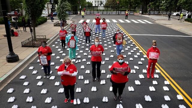美国护士联合会白宫前摆白鞋 缅怀抗疫牺牲护士