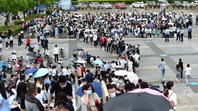 新增2例确诊,申博太阳城娱乐官网登入合肥民众一早排队接种疫苗