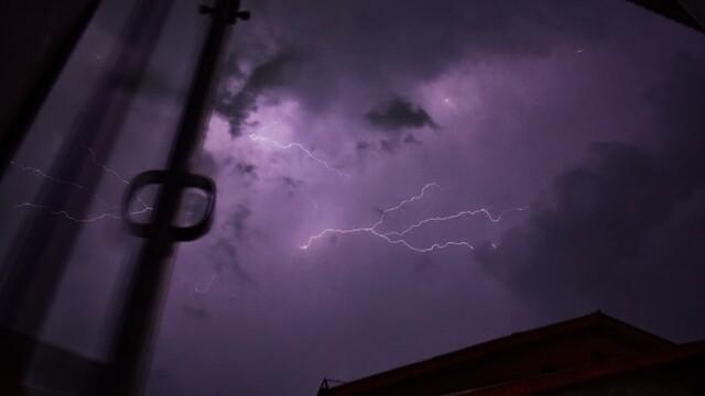 印控克什米尔雷雨交加 天空电闪雷鸣泛紫光