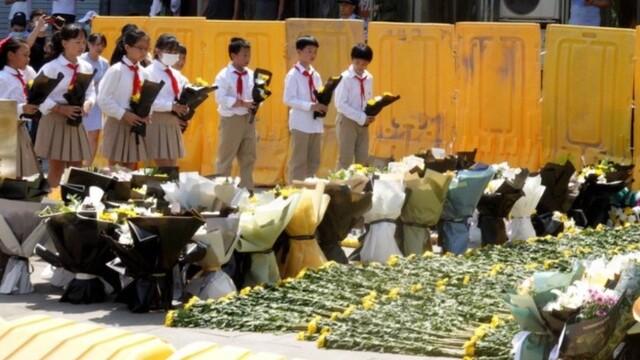 少先队员在郑州地铁5号线地铁口献花吊唁