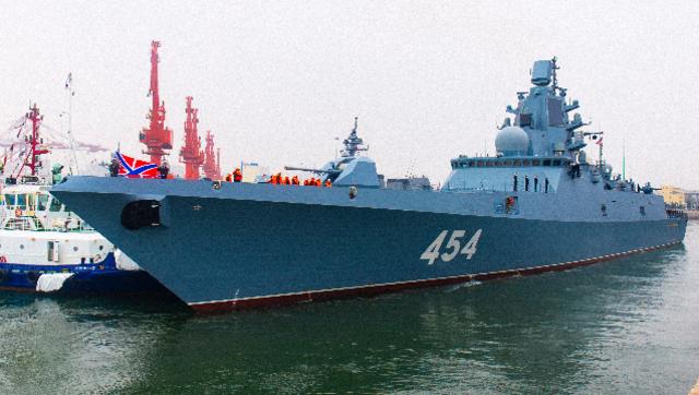"""俄军这艘先进战舰 在青岛码头玩起了""""倒车入库"""""""