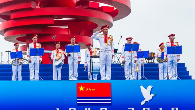 越南史上最艳丽军乐队青岛为人民海军庆