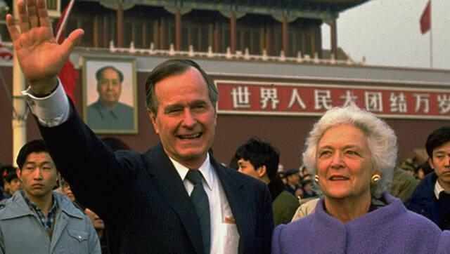 老布什旧照:与妻子芭芭拉在天安门