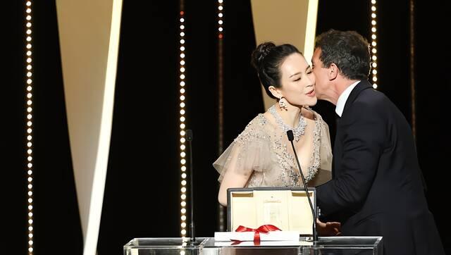 颁奖礼现场:章子怡与最佳男演员贴面