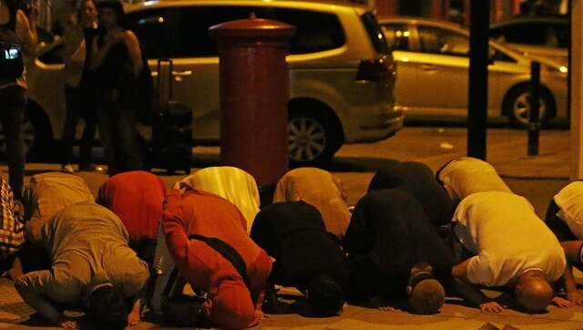 伦敦货车撞人现场 穆斯林在路边祷告