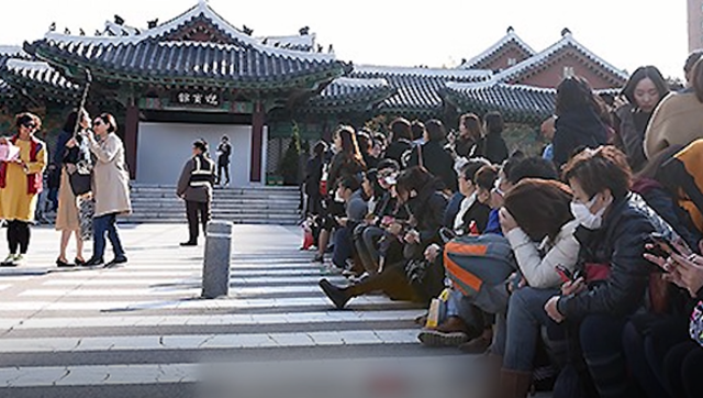 视频:婚礼现场众多国内外粉丝在外等候