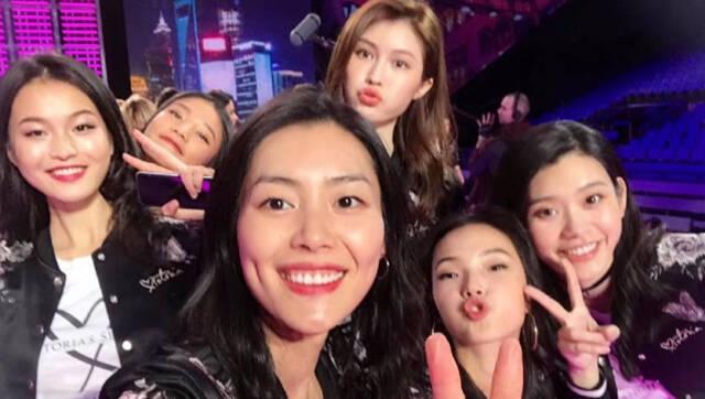 视频:2017维密天使集体亮相 七位中国超模合体自拍