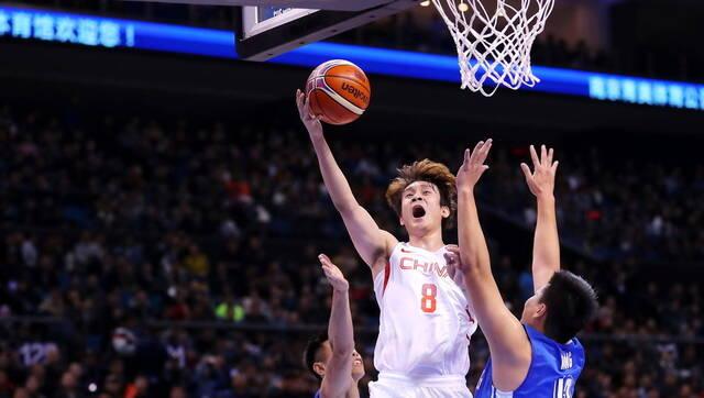 西热17分 中国男篮52分大胜中国香港