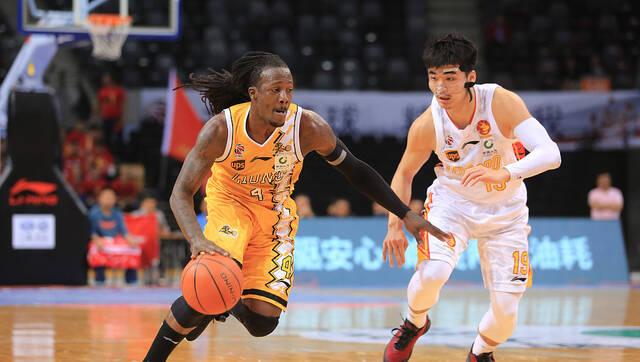 福特森25+11+6 深圳险胜广厦大比分2-2