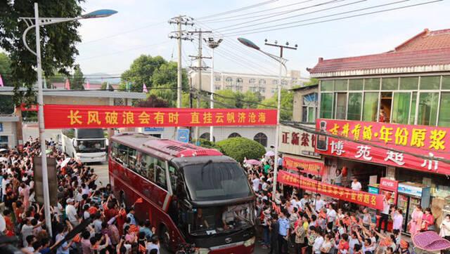 毛坦厂中学千人送考 为高考学生加油