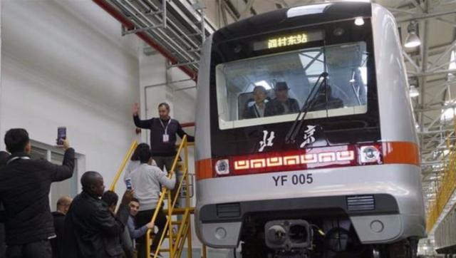 中外记者会外感受北京轨道交通|组图