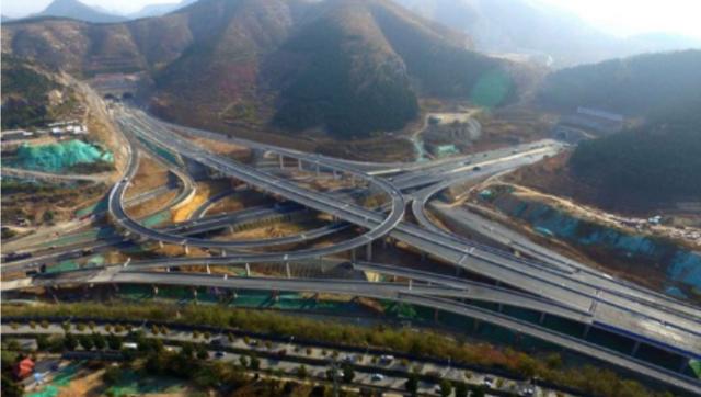 济南最大立交桥即将竣工!正在安装路灯,铺设沥青