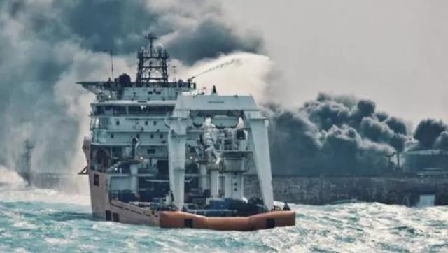 """多艘救助船抵近""""桑吉""""轮喷洒灭火"""