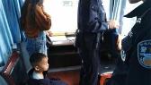 宜春:交警雨中捡到孩子 陪他扮警察找妈妈