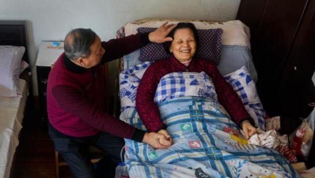丈夫形影不离照顾瘫痪妻子22年