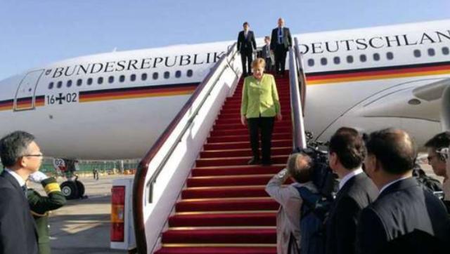 默克尔抵达北京 缓步走下专机