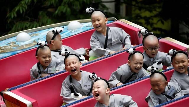 天然萌:韩国小和尚游乐园玩耍