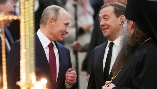 """选战在即 普京和""""姐夫""""拜谒修道院有说有笑"""