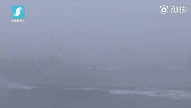海军最先进两栖登陆作战舰艇接受检阅