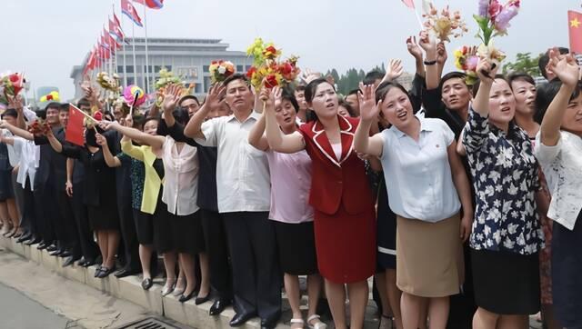 热情欢迎的朝鲜民众