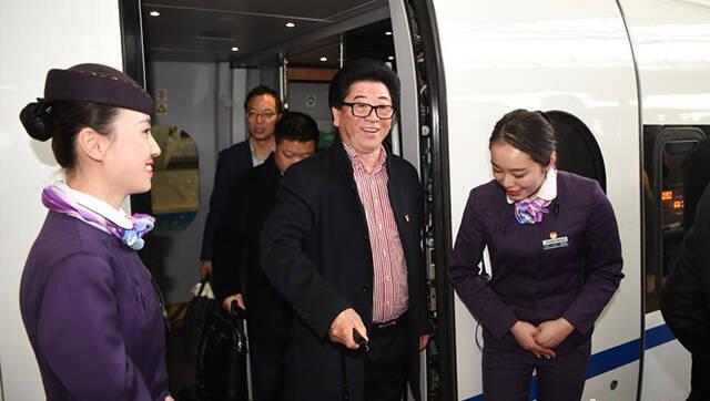 全国人大安徽代表团抵达北京