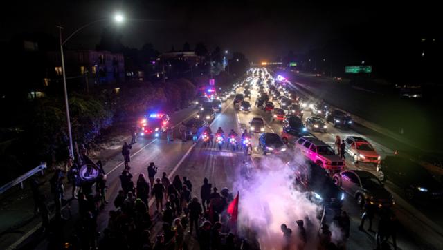 民众堵住高速 抗议弗州暴力冲突
