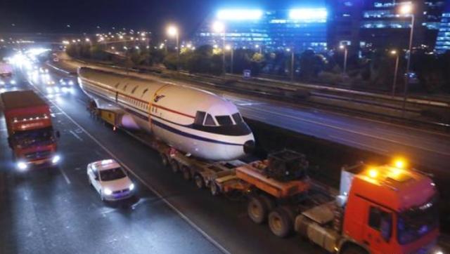 """运10客机 """"搬家"""" 悄悄穿过上海街道"""