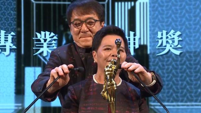 内场:成龙为茶水大妈颁奖