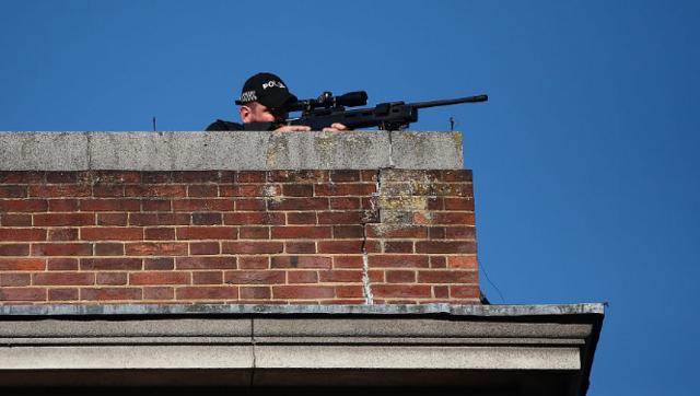 警方狙击手在屋顶站岗