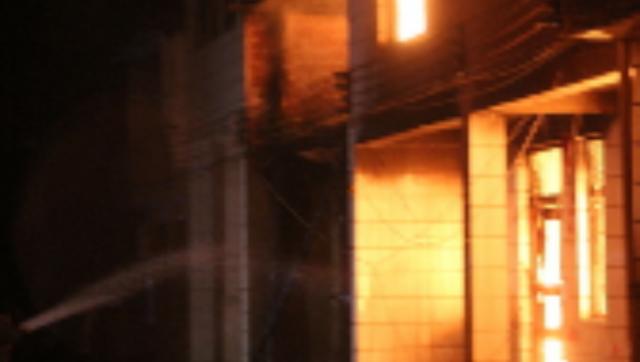 民房电线深夜着火 南昌一的哥提着灭火器冲了上去