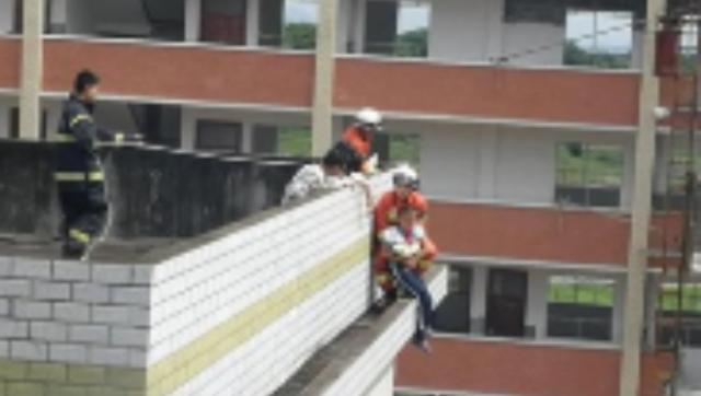 吉安11岁男孩坐3楼房顶 消防员从天而降抱住