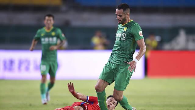 中超第21轮:北京国安2-1重庆斯威
