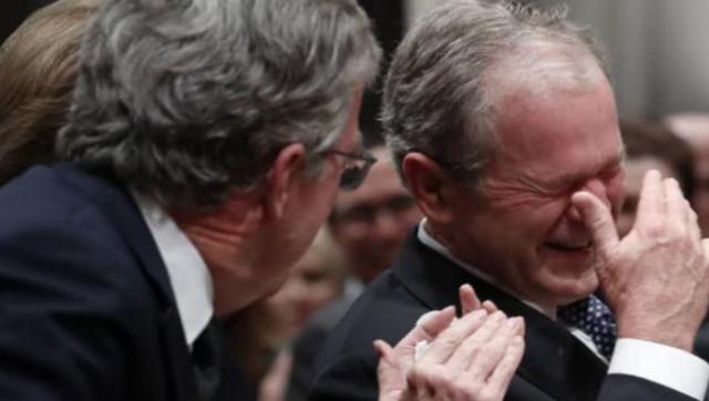 老布什葬礼 小布什致悼词后泪流满面