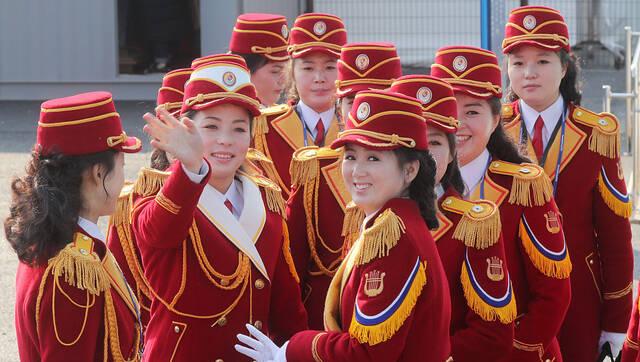 朝鲜拉拉队出席冬奥村入住仪式