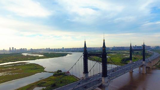 航拍晨曦中的哈尔滨阳明滩大桥