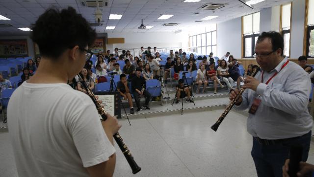 双簧管教授詹姆·冈萨雷斯为学员上课