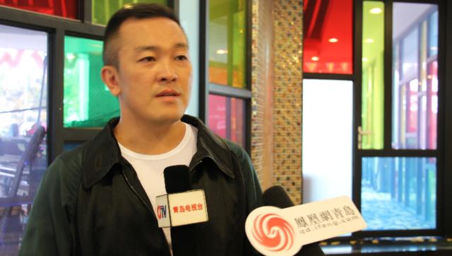 设计师王玉涛接受凤凰网青岛的采访