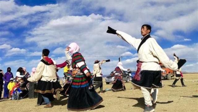 藏北牧民载歌载舞迎接党的十九大