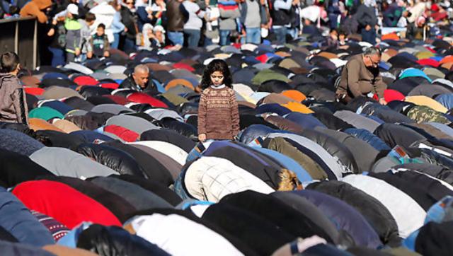 抗议现场约旦民众集体跪地祈祷