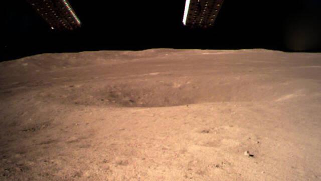 嫦娥四号传回月球背面影像图
