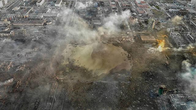 航拍江苏盐城爆炸现场 晨雾散去现巨坑