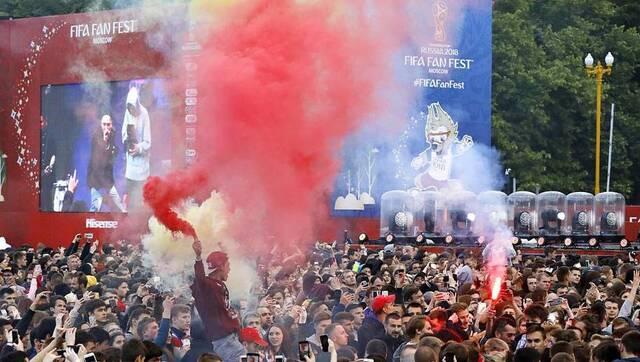 情绪高涨!球迷街头造势迎接足球盛事