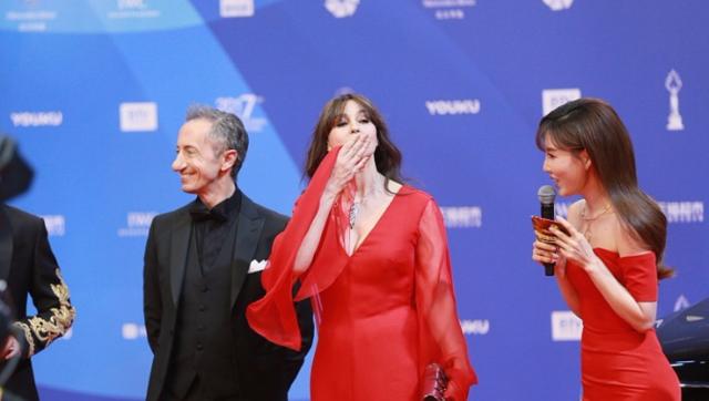 闭幕式红毯:莫妮卡·贝鲁奇红裙亮相抛飞吻