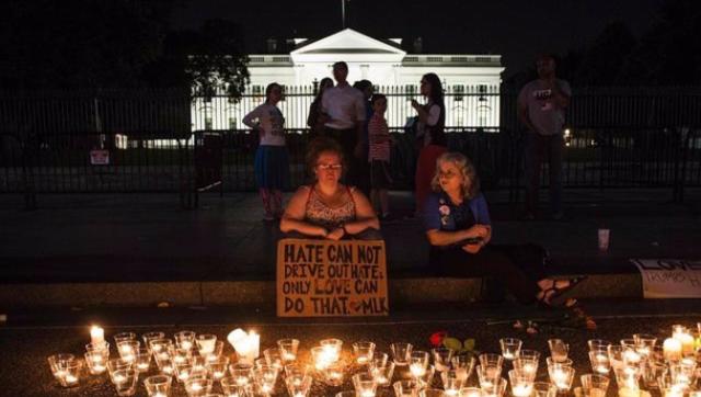 美国民众悼念弗州冲突遇难者